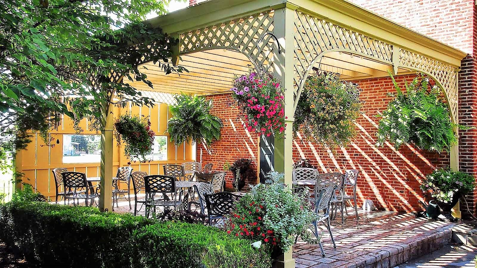 The garden patio of the Londonderry Inn